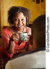 Mujer afroamericana y joven en la cocina