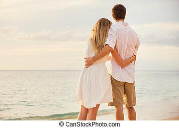 mujer, amor, romántico, mirar, sol, pareja que se abraza, océano, conjunto, ocaso, cada, feliz, playa, otro., hombre