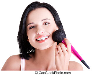 Mujer atractiva haciendo maquillaje en la cara.