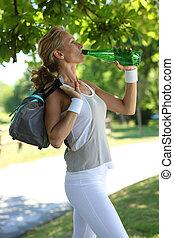 Mujer bebiendo, agua