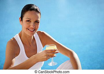 Mujer bebiendo jugo de naranja