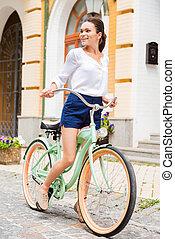 mujer, bicicleta de equitación, explorar, joven, places., sonriente, atractivo, vendimia, mirar, nuevo