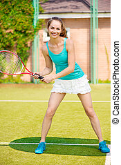 Mujer bonita jugando al tenis