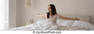 mujer, cama, feliz, joven, cómodo, despertar, grande