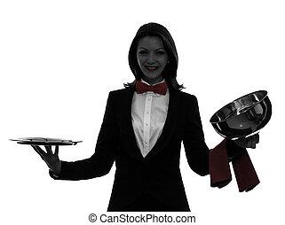 Mujer camarero mayordomo abriendo el catering domo silueta