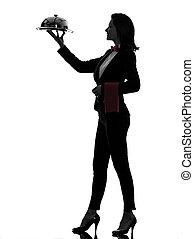Mujer camarero mayordomo sirviendo la silueta de la cena