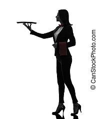 Mujer camarero mayordomo sosteniendo bandeja vacía silueta