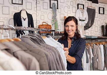 mujer, camisa, escoger, sonriente, tienda de ropa