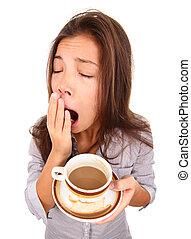Mujer cansada bostezando