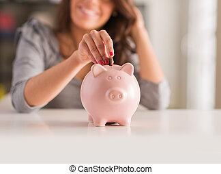 mujer, cerdito, moneda, poniendo, banco