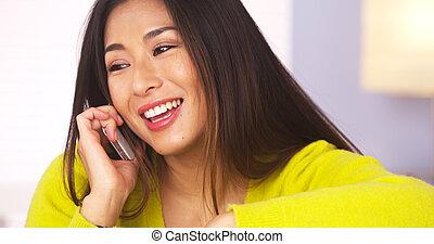 Mujer china feliz hablando por teléfono