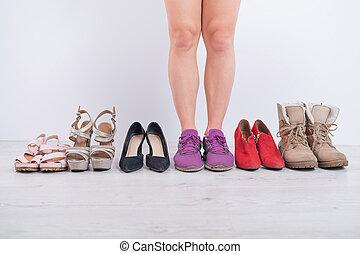mujer, chooses, cómodo, shoes