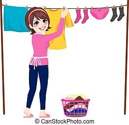 Mujer colgando ropa