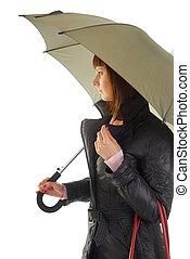 Mujer con abrigo bajo paraguas