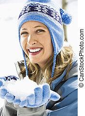 Mujer con bola de nieve.