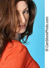 Mujer con cabello castaño con reflejos auburn