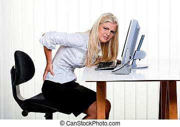 Mujer con dolor en la oficina de atrás
