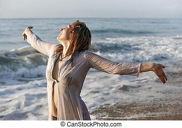 Mujer con el pelo mojado