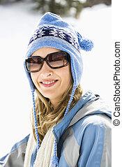 Mujer con gorra de esquí.
