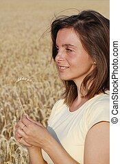 Mujer con grano en las manos