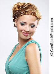 Mujer con hermoso peinado