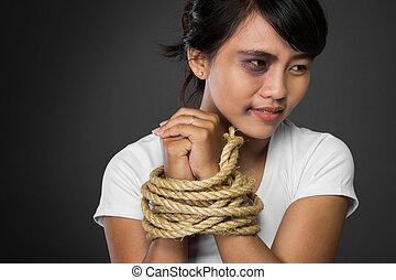 Mujer con las manos atadas con cuerdas siendo abusada