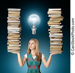 Mujer con muchos libros en las manos y la bombilla