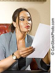 Mujer con papel