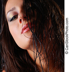 Mujer con pelo mojado