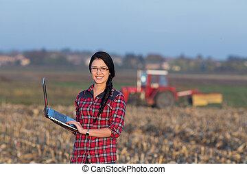Mujer con portátil en el campo