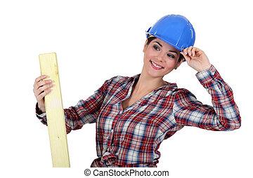Mujer con tabla de madera
