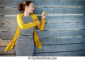 Mujer con teléfono en cama solar