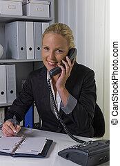 Mujer con teléfono en la oficina