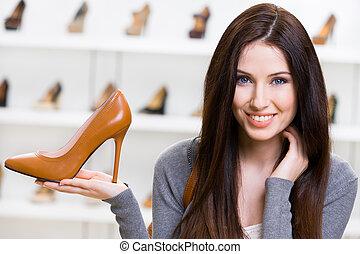 Mujer con zapatos marrones