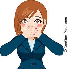 Mujer cubriendo la boca con las manos