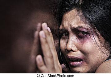 mujer dañada, aterrorizado