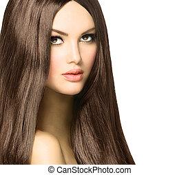 Mujer de belleza con cabello castaño largo y brillante