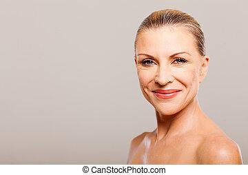 Mujer de mediana edad feliz