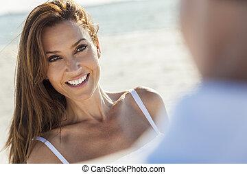 Mujer de mediana edad pareja en la playa
