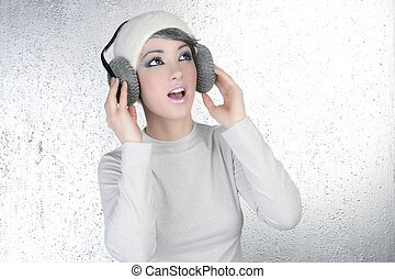 Mujer de moda futurista oyendo audífonos musicales