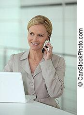Mujer de negocios al teléfono