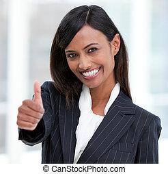 Mujer de negocios alegre con el pulgar levantado