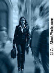 Mujer de negocios apurada