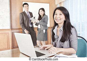 Mujer de negocios asiática en la oficina