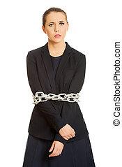 Mujer de negocios atada con cadena