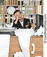 Mujer de negocios cansada
