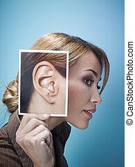 Mujer de negocios con orejas grandes