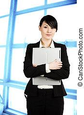 Mujer de negocios con portátil