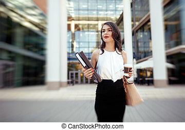 Mujer de negocios con prisa