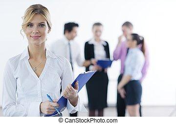 Mujer de negocios con su personal en el fondo